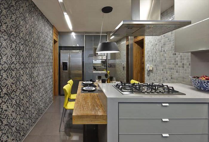 Два желтых стула в кухне с серыми обоями