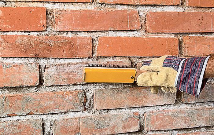 Очистка кирпичной стенки перед покраской