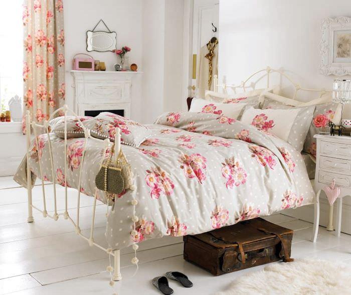 Интерьер спальни в квартире молодой девушки