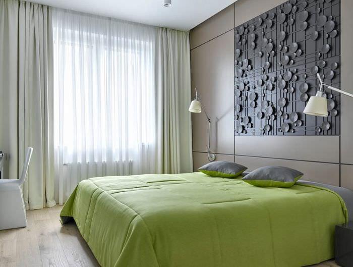 Оливковое покрывало на кровати в светлой спальне