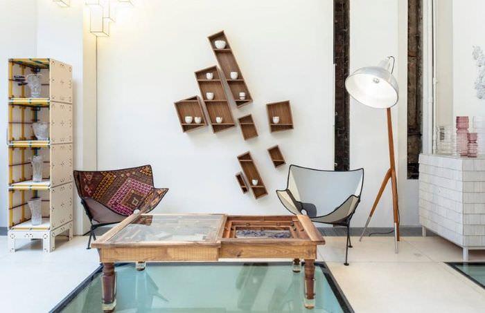 Деревянные полки оригинальной конфигурации в декоре комнаты