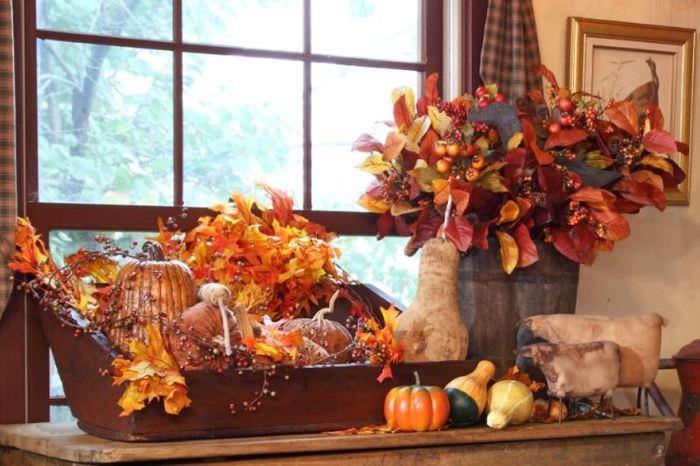 Букеты из осенних листьев в интерьере жилой комнаты
