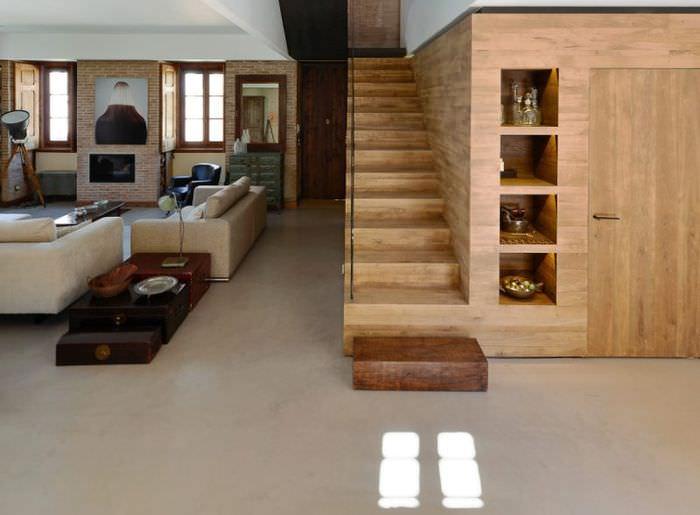 Деревянная лестница на белом керамическом полу