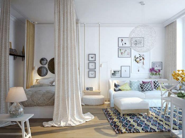 Перегородка-штора в интерьере общей комнаты городской квартиры