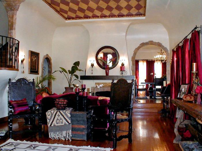 Гостиная загородного дома в индийском колониальном стиле