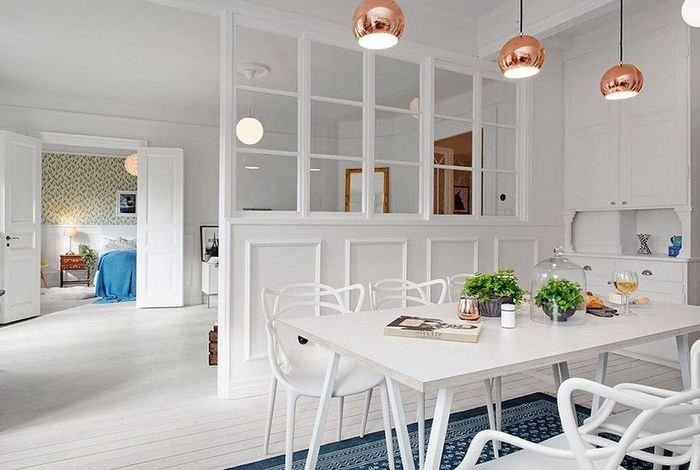 Белая перегородка из пластика между гостиной и столовой