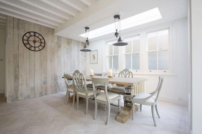 Дизайн столовой зоны с напольным покрытием светлого оттенка