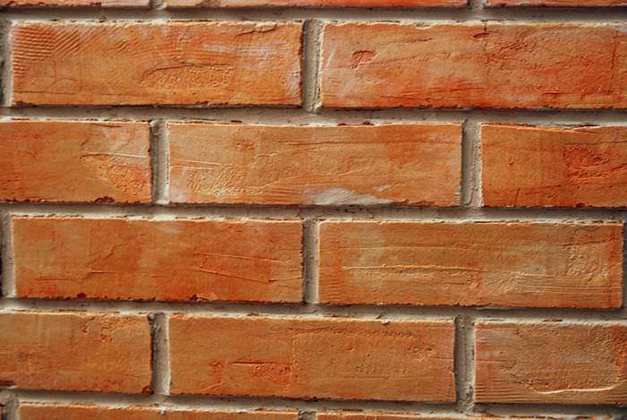 Кирпичная стена, подготовленная для покраски