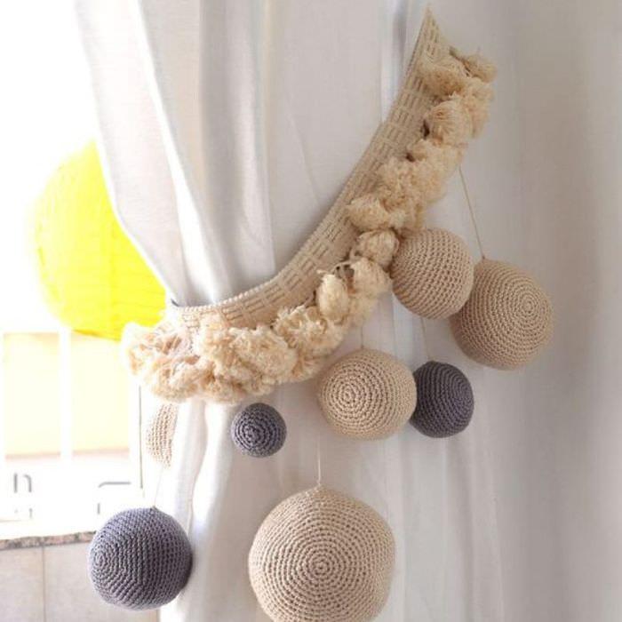 Красивые подхваты на занавеске в женской спальне
