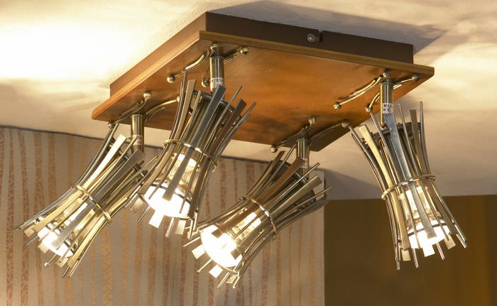 Подвижные светильники на потолке жилой комнаты
