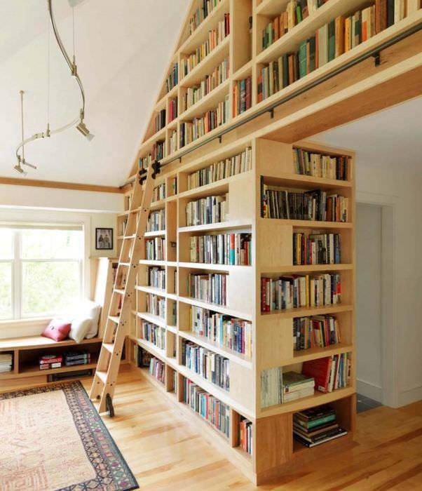 Приставная лестница и высокий книжный стеллаж