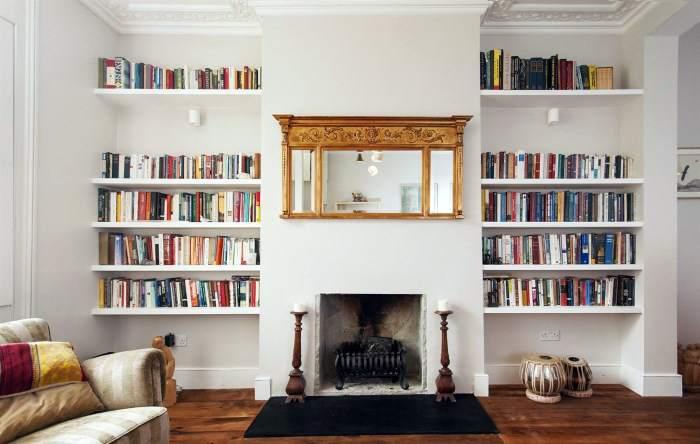 Интерьер гостиной с камином и книжными полками