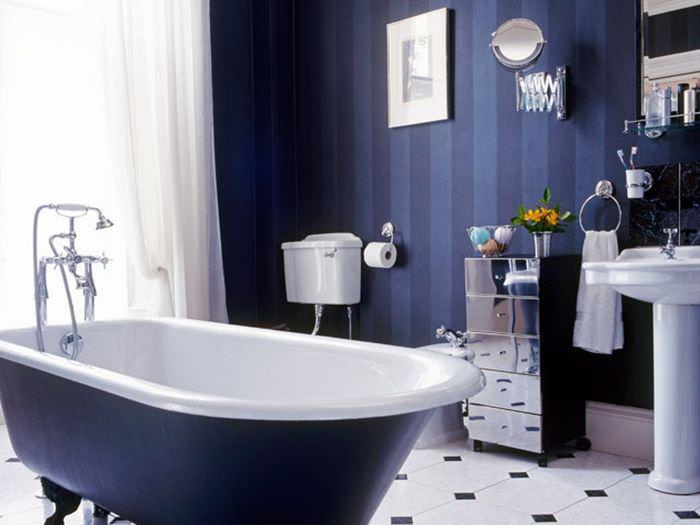 Полосатые стены в ванной комнате загородного дома