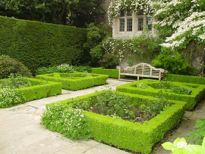 Небольшой участок частного сада в регулярном стиле