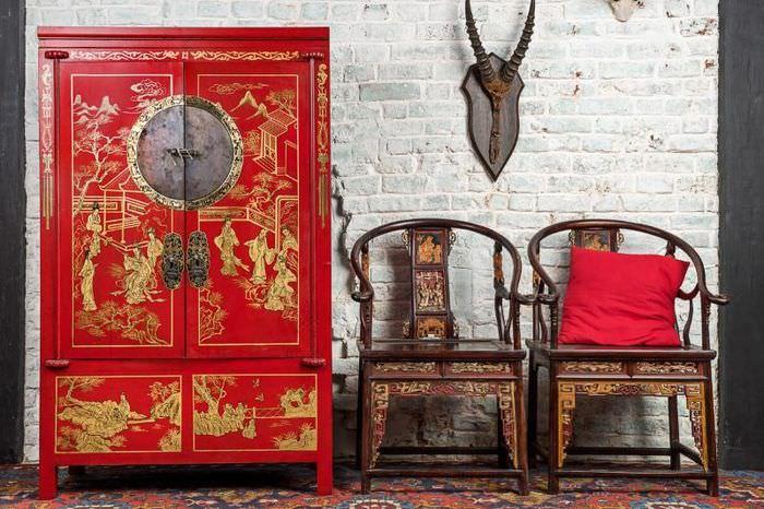 Красный шкаф с позолотой на дверцах