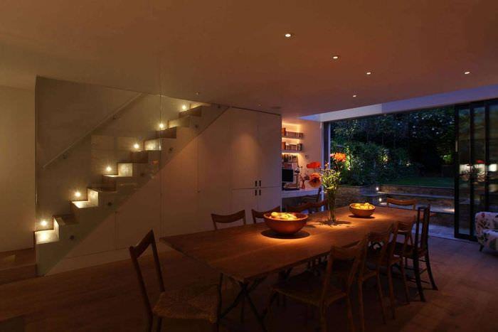 Приглушенное освещение в гостиной загородного дома