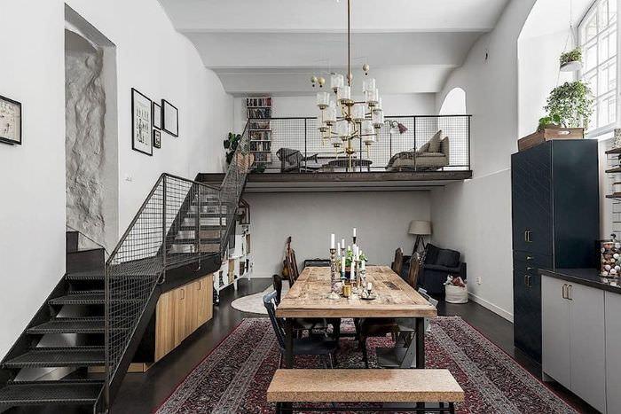 Большой деревянный стол в гостиной стиля лофт