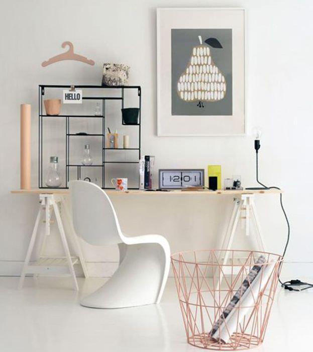 Письменный стол вдоль белой стены