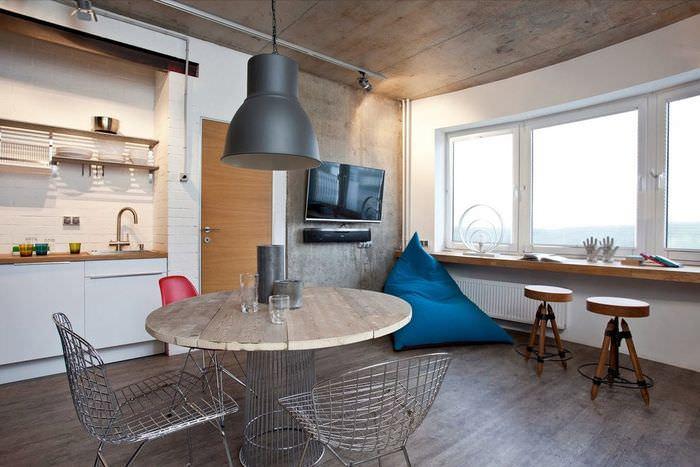 Проволочные стулья на кухне в стиле лофт