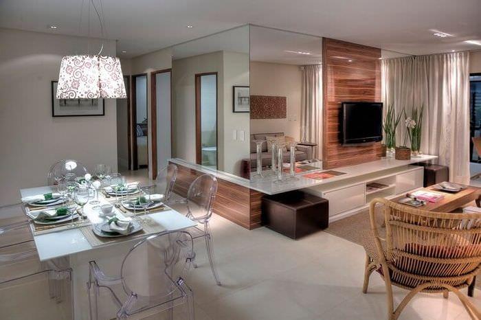 Прозрачные стулья в интерьере современной кухни-гостиной