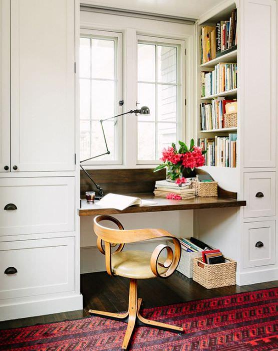 Рабочий стол вместо подоконника в интерьере маленькой комнаты