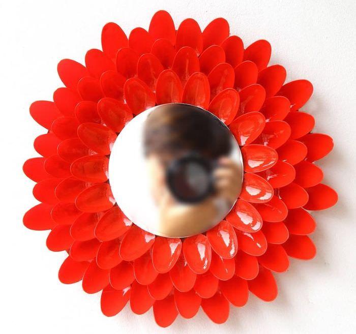 Декоративная рама для зеркала из одноразовых ложек