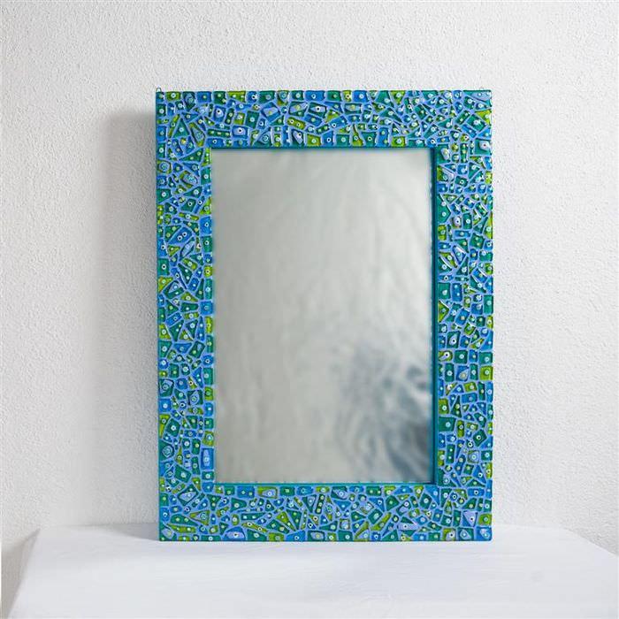 Декорирование рамки зеркала с помощью мозаики