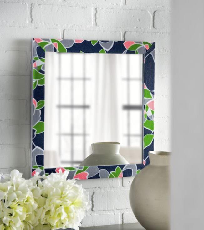 Декорирование рамки зеркала пестрой тканью