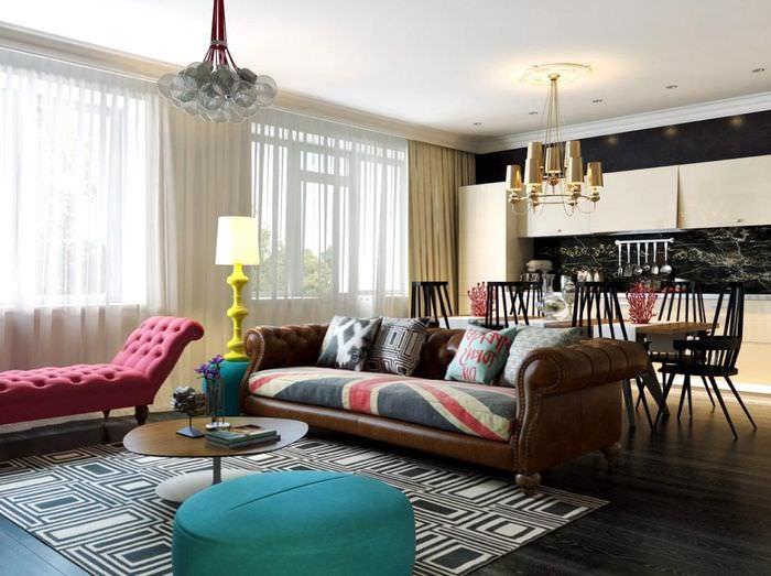 Две люстры разного стиля на потолке гостиной в стиле китч