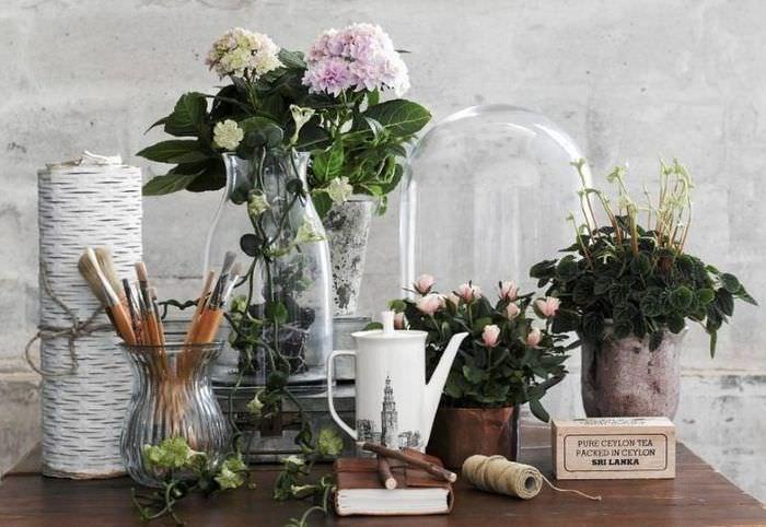 Композиция с живыми цветами на небольшом столике
