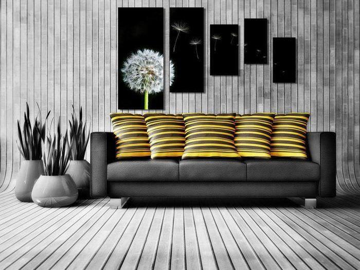 Полосатые подушки на темно-сером диване