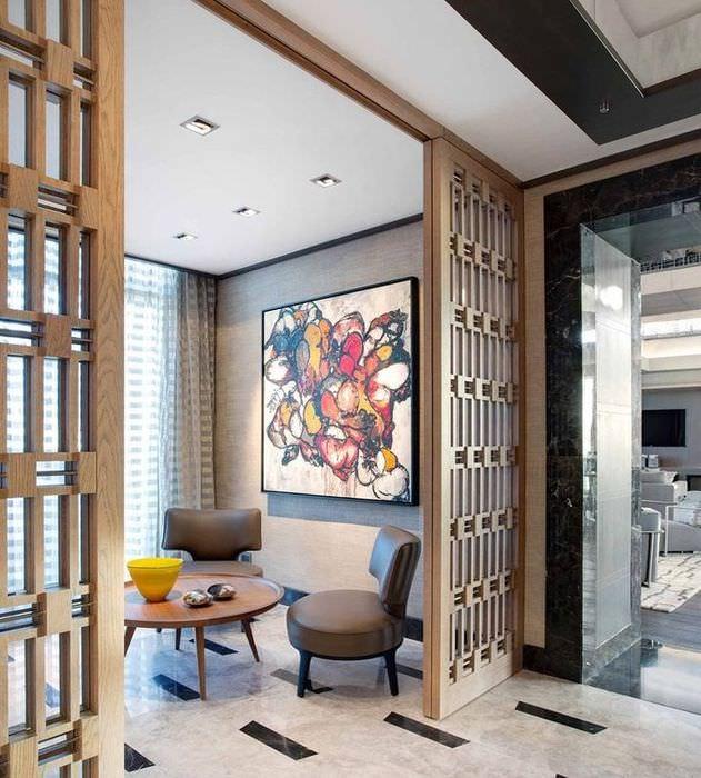 Легкая деревянная перегородка в интерьере гостиной