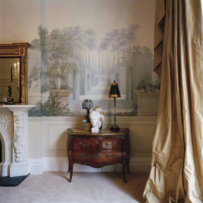 Интерьер в классическом стиле с росписью стен