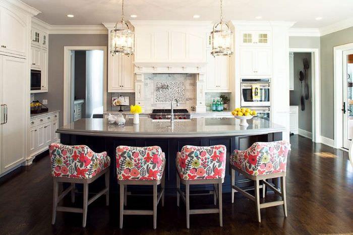 Яркие кресла в интерьере серой кухни