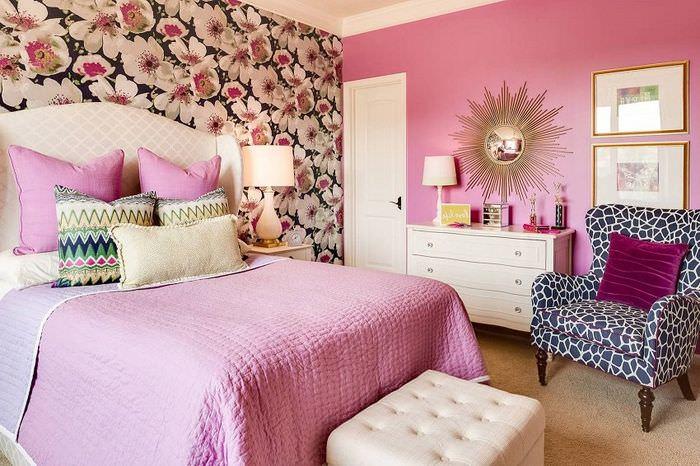 Фотообои на стене спальни молодой девушки