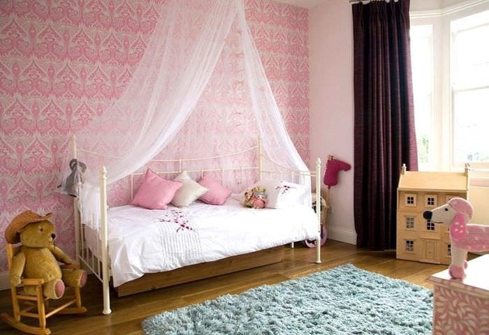 Розовые обои в комнате для младенца