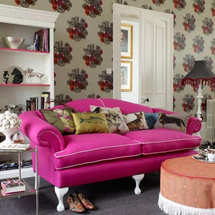 Классический диван с розовой обивкой