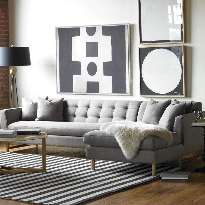 Меховая накидка на сером диване в маленькой гостиной
