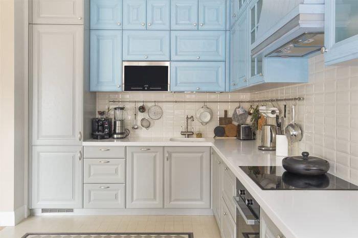 Сочетание серого цвета с голубым в кухне небольшого размера