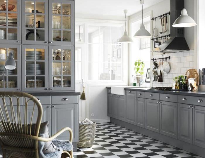 Пол в черно-белую клетку на кухне с серым гарнитуром