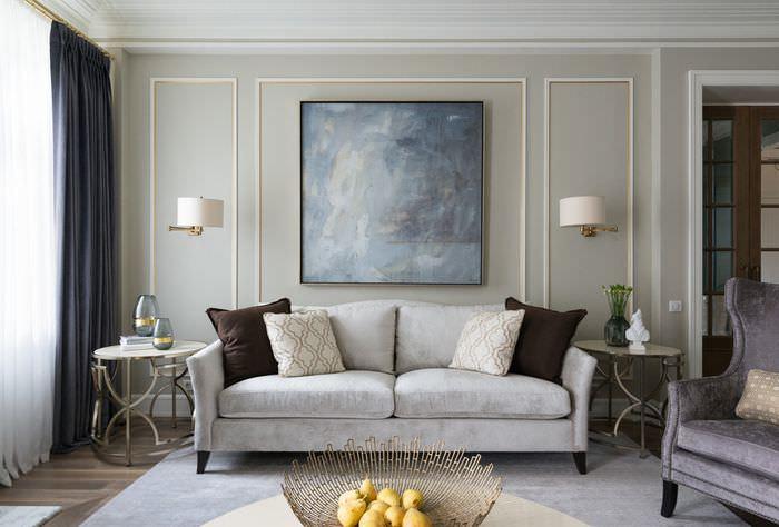 Дизайн классической гостиной с серым диваном