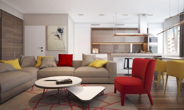 Серый диван в большой гостиной стиля модерн