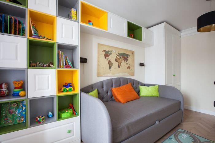 Небольшой серый диванчик в детской комнате