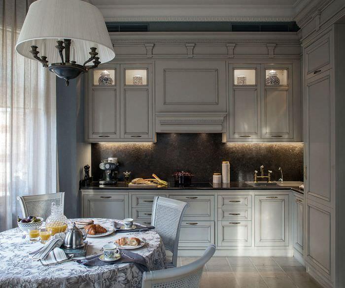 Угловой гарнитур серого цвета в классической кухне