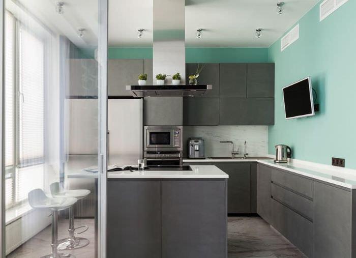 Бирюзовая стена в кухне с серым гарнитуром