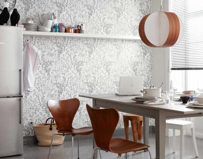 Серый обеденный стол на кухне с бумажными обоями