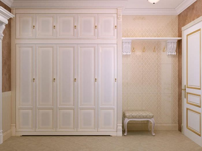 Большой классический шкаф в интерьере прихожей