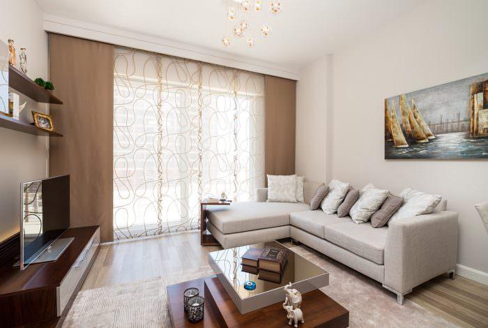 оформление окна гостиной светло-коричневыми шторами