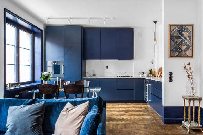 Интерьер кухни-гостиной в сине-белом цвете