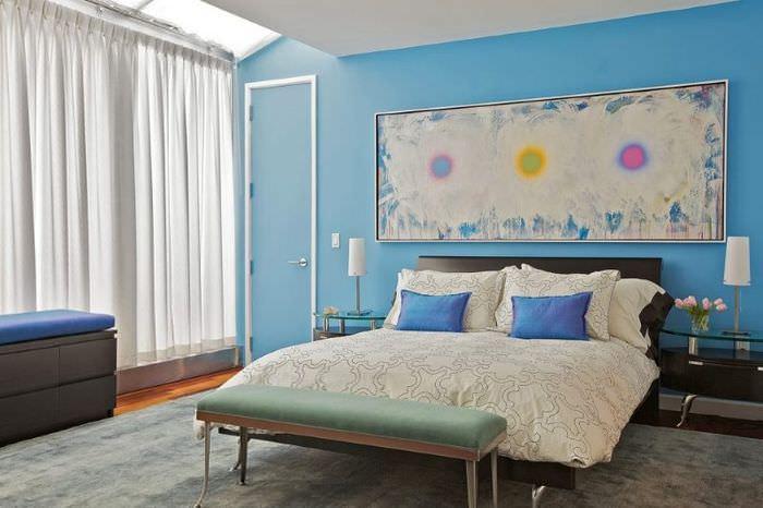 Голубая стена в интерьере спальни